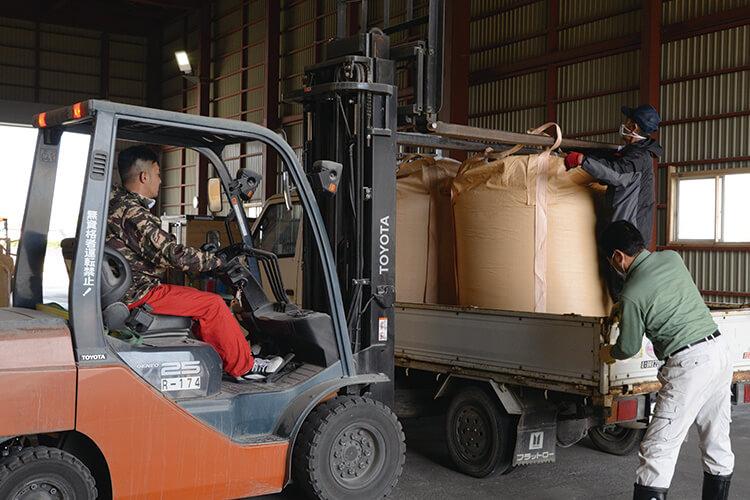 飼料用米の運搬